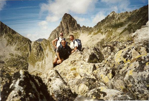 André, Pierre et Georges sur la Dent de Batbieilh, a l'arrière, le col et le pic de la Lie