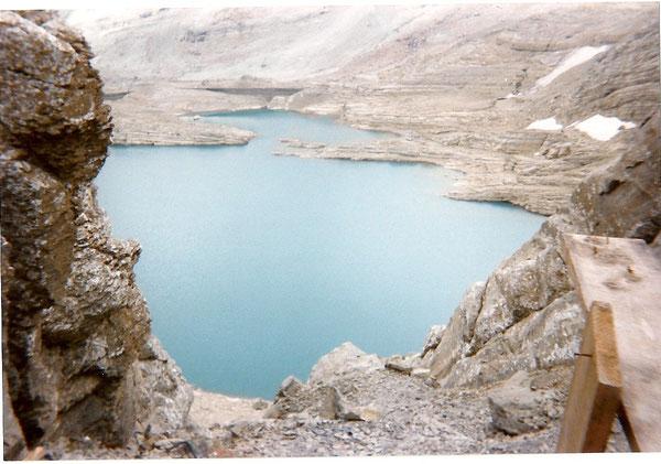 le lac de Pinéta ou lac Glacé 2592 m, vu du refuge de Tuquerouye, en face, le glacier de la face nord.