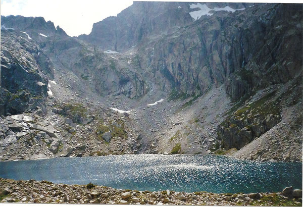 Le lac supérieur de Batcrabère. Au sud, le port du Lavedan et le col Noir, passage obligé pour l'ascension du Balaïtous.