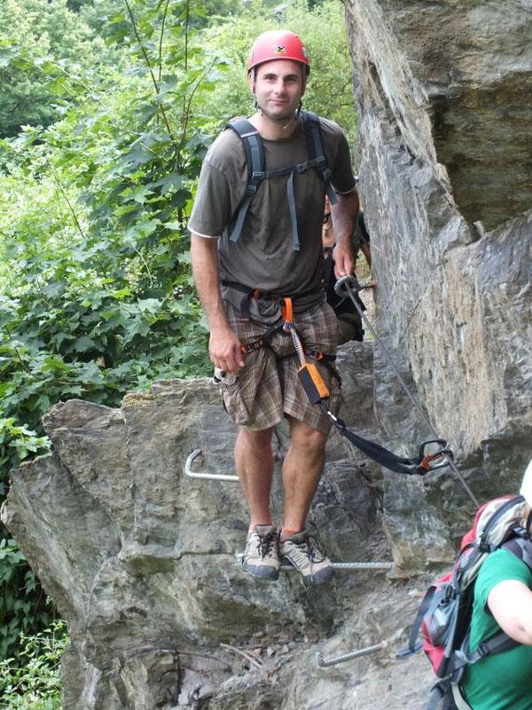 Beim Klettersteiggehen ist man mit Gurt und Klettersteigset an einem Stahlseil gesichert. Foto: Ralf Zilles, Abenteuer und Aktivurlaub