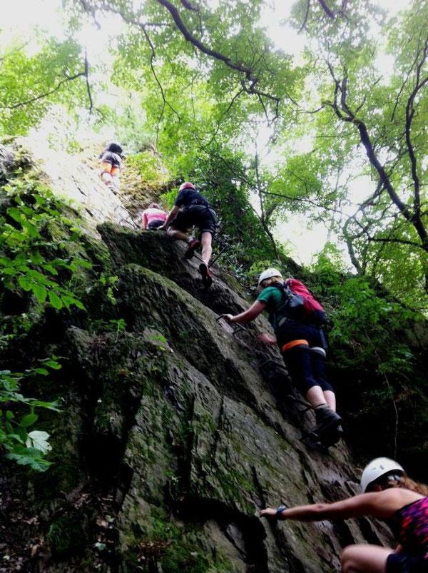 Eine steile Felswand bildet den Abschluss des Klettersteigs.