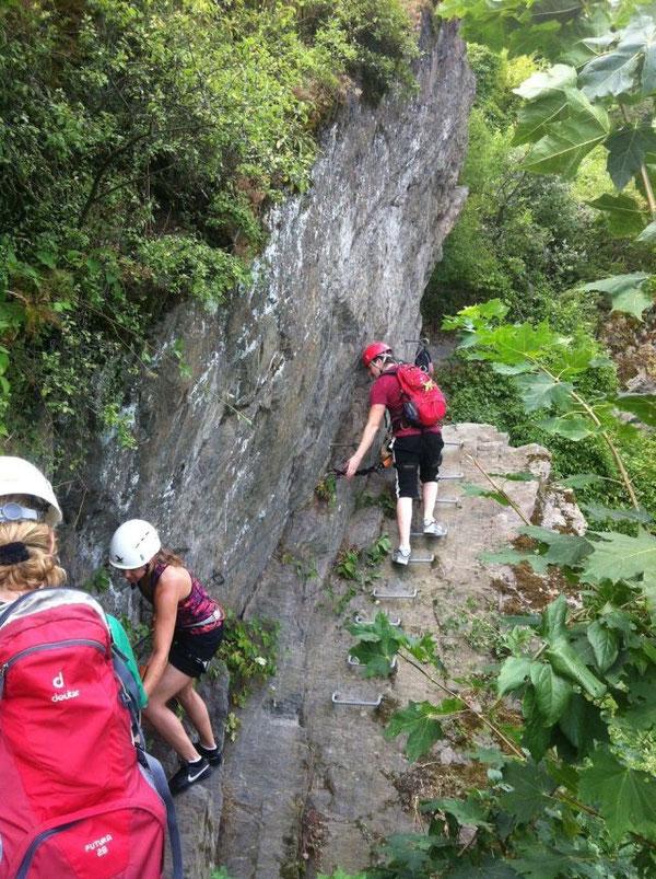 Anstieg mit Trittstufen. Felswand Klettersteig
