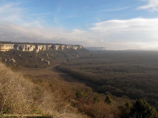 Если долго-долго-долго идти по дороге вдоль белых скал Зангурма - можно прийти на Мангуп!