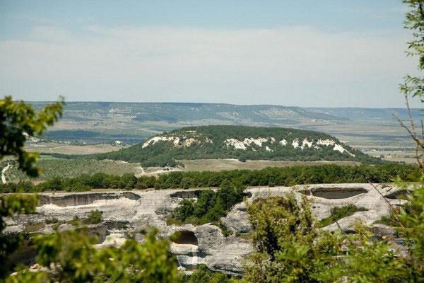 Вид с Эски-Кермен на окрестности (вершина Кая-Баш)