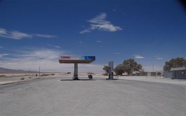 """die Servicestation in the middle of nowhere, """"Agua Verde"""" (keine Ahnung, wo hier grünes Wasser sein soll...)"""
