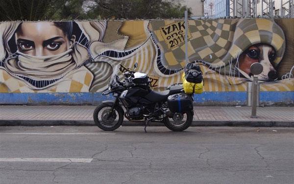 Die Q ist gut bewacht Eines der vielen tollen Graffiti-Wandgemälde
