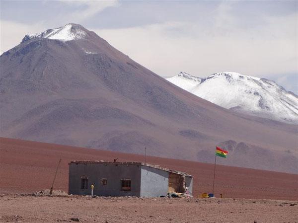 ein einsames Haus in km-weitem Umkreis: die bolivianische Grenzstation auf 4450 m Höhe, damit die höchstgelegene Boliviens