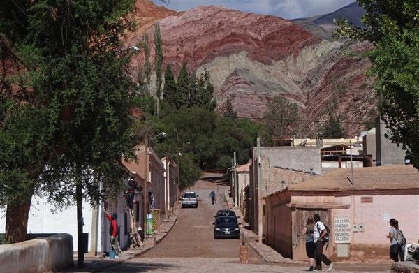 """Purmamarca, im Hintergrund ein Teil des Gebirgsmassives der """"7 Farben"""", wofür der Ort bekannt geworden ist."""