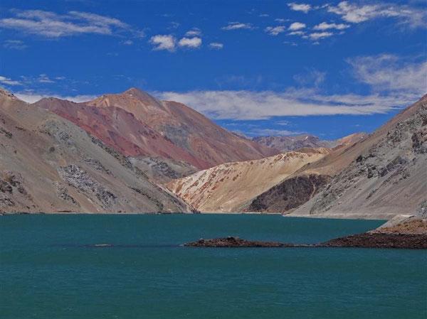 und endlich ist der Stausee erreicht, der das ganze Tal zuverlässig mit Wasser versorgt. Siggi liebt grüne Seen
