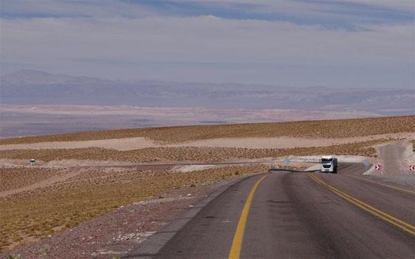 Blick zurück in 4.500 m Höhe, rechts eine der ersten Notfallspuren für die LKWs