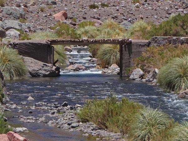 alte Holzbrücken führen zu den wenigen Hütten von Hirten
