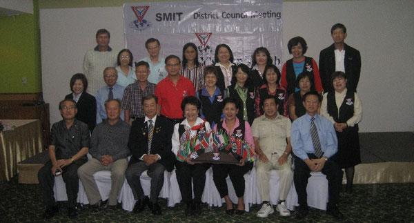Lächeln für die Kamera: Frauen und Männer aus Singapur, Myanmar (Birma) und Thailand