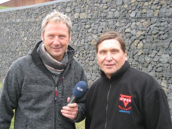 """Jörg Schimmelpfennig (links) von der NDR-Sendung """"Sportland"""" im Gespräch mit Manfred Wille"""