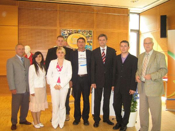 Professor Dr. Wolf-Rüdiger Umbach (rechts) bei der Verleihung der Niedersächsischen Sportmedaille an den CVJM Wolfsburg. (Dritter von rechts der damalige Innen-, Sport- und Integrationsminister Uwe Schünemann