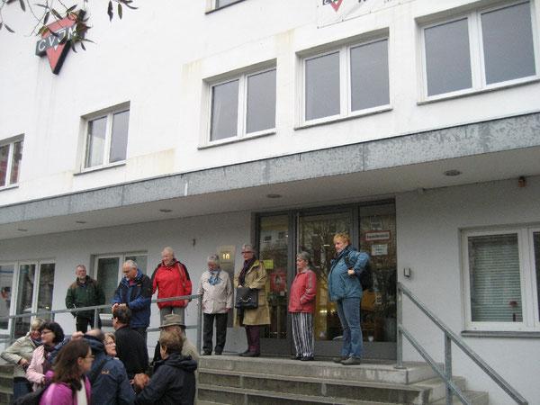 Teilnehmerinnen und Teilnehmer vor dem CVJM Berlin