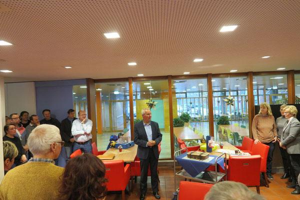 Karl-heinz Steinmann bedankt sich für die gute Unterstützung in den letzten Jahrzehnten bei den Anwesenden