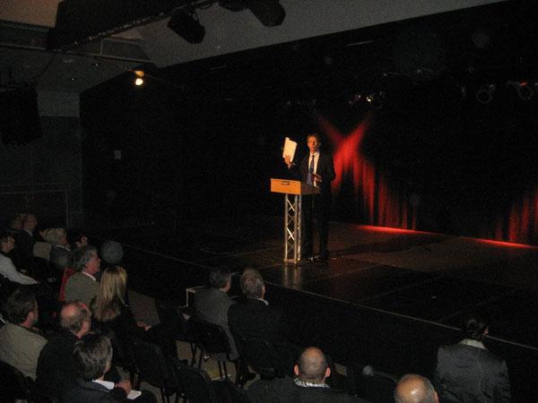 Oberbürgermeister Klaus Mohrs stellt die Broschüre vor