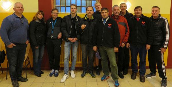 Die sportliche Besuchergruppe. Dietmar-Gero Meyer (3. von links) und Oliver Grau (rechts außen)  betreuten sie.