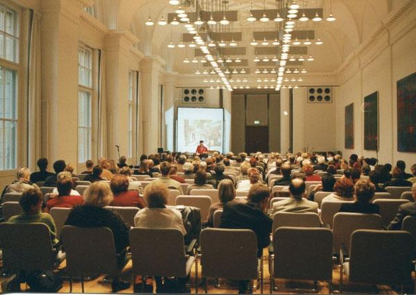 Aufmerksam hören die Teilnehmerinnen und Teilnehmer dem Vortrag zu