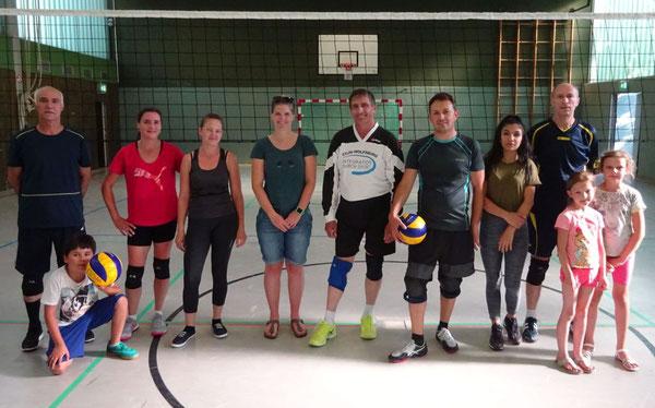 Teilnehmerinnen und Teilnehmer der Freizeitvolleyballgruppe mit Stefanie Kosik (Fünfte von links)