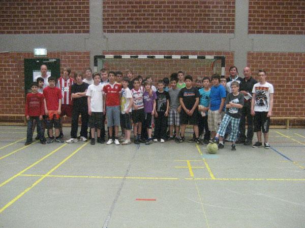 Schüler vor dem Finale der Fußball Pausenliga an der Hauptschule Westhagen