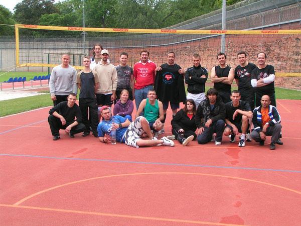 Nach dem freundschaftlichen Volleyballvergleich: Die Wolfenbütteler und die Wolfsburger präsentieren sich dem Fotografen