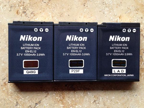 Nikon EN-EL12 | Von links nach rechts Nikon Coolpix P330 Q49G, Nikon Coolpix P300 P29F, Original Austausch-Akku LAD