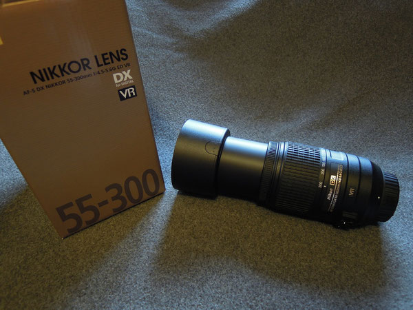 Nikkor AF-S DX 55-300mm f/4,5-5,6G ED VR Objektiv, Nikon Gegenlichtblende HB-57