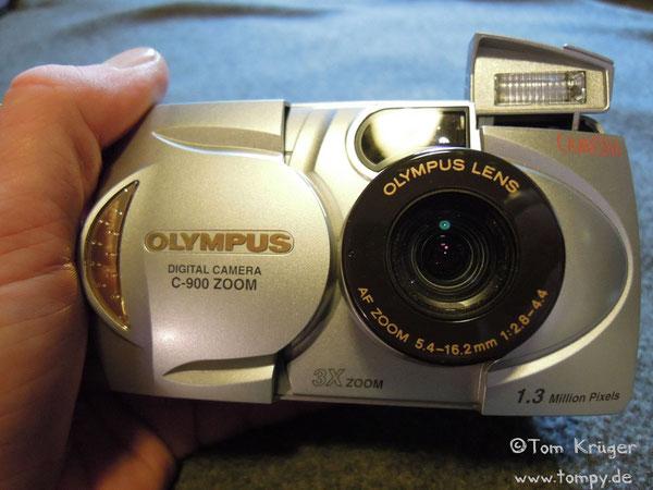 "Olympus C-900, 1/2,7"" CCD-Chip, 1.3 Megapixel, 1:2.8 - 4.4, f=5.4mm - 16.2mm, Preis 1998 849,00 DM"