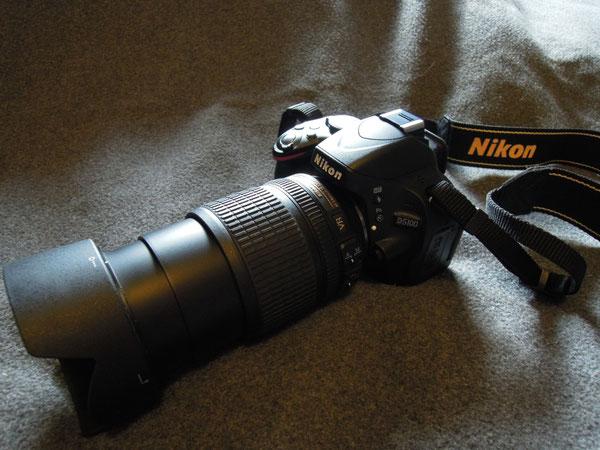 Nikon D5100, Nikkor AF-S DX 18-105mm/3,5-5,6G ED VR Objektiv, Nikon Gegenlichtblende HB-22