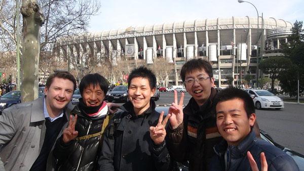 スタジアムの前で記念撮影