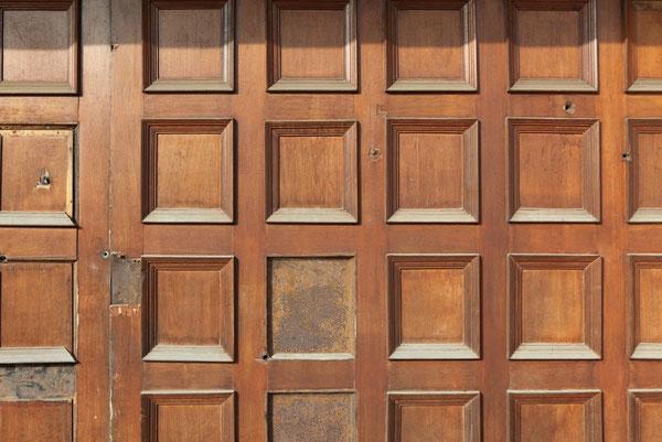 玄関ドアの弾痕