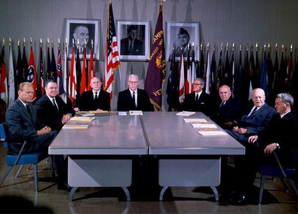De gauche à droite : Gerald Ford ; Hale Boggs ; Richard Russell Jr. ; Earl Warren ; John Sherman Cooper ; John McCloy ; Allen Dulles ; James Lee Rankin.