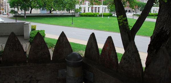 """La palissade (""""picket fence"""" en anglais), endroit d'où fut très probablement tiré le coup de feu fatal au président Kennedy."""