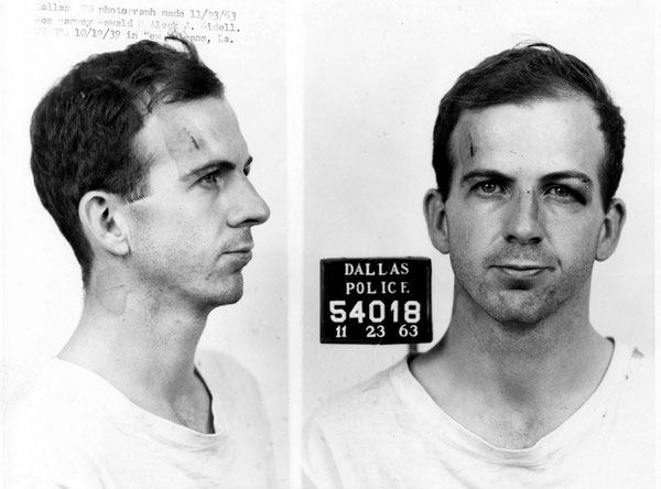 Photographies anthropométriques de Lee Harvey Oswald réalisées le lendemain de son arrestation.