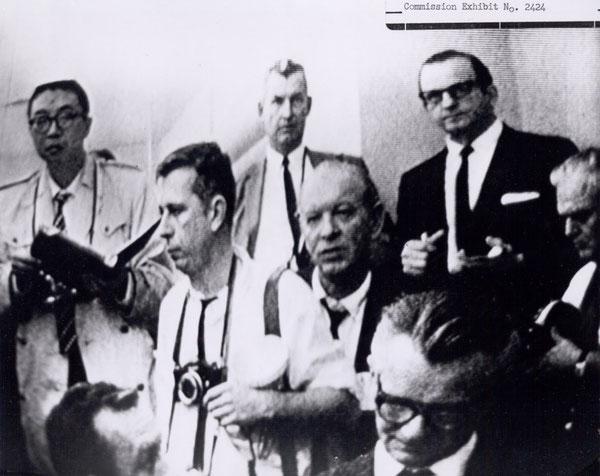 En haut à droite, Jack Ruby, derrière ses lunettes noires..