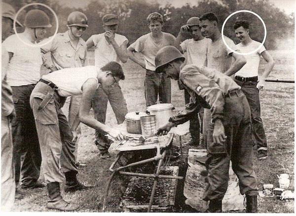 David Ferrie (extrême gauche) et Lee Harvey Oswald (extrême droite). Photographie de la New Orleans Civil Air Patrol prise en 1955.
