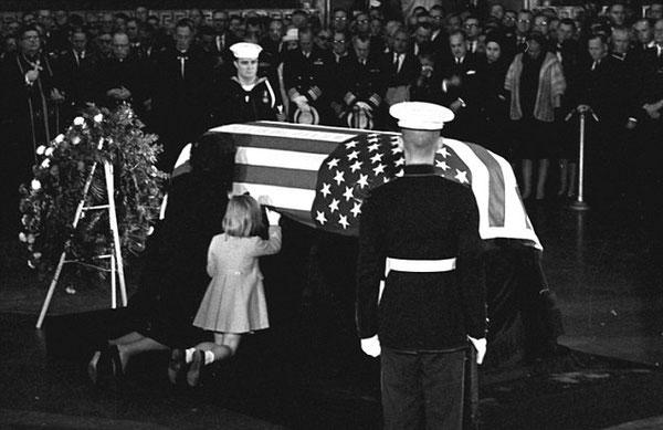 Jackie Kennedy Caroline Kennedy embrasse cercueil JFK enterrement Kennedy rotonde Capitole