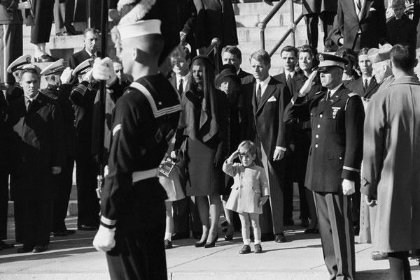 John-John JFK Jr John Fitzgerald Kennedy Jr salut militaire garde à vous enterrement JFK