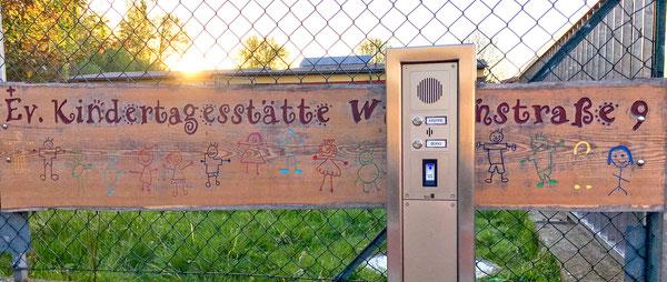 Kindertagesstätte, Toreingang mit elektronischer Anmeldung