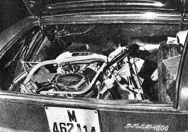 Ducati Mini Marcelino Primera Serie con su posición bien recostada en el maletero de un Seat 1500