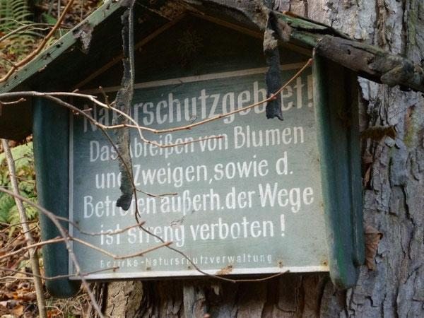 altes Naturschutzschild im Klettergebiet Steinicht