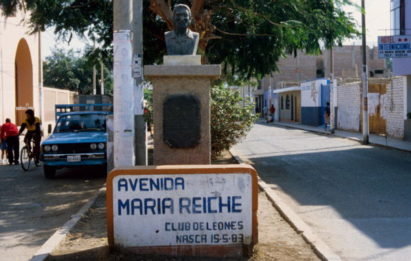 """Denkmal des """"Club de Leones"""" für das Lebenswerk von Dr. Maria Reiche in Nasca"""