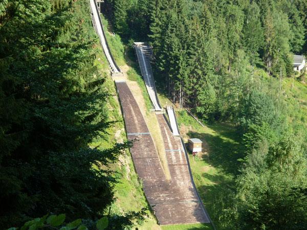 Blick vom Flößgrabenweg zu den kleinen Aschbergschanzen