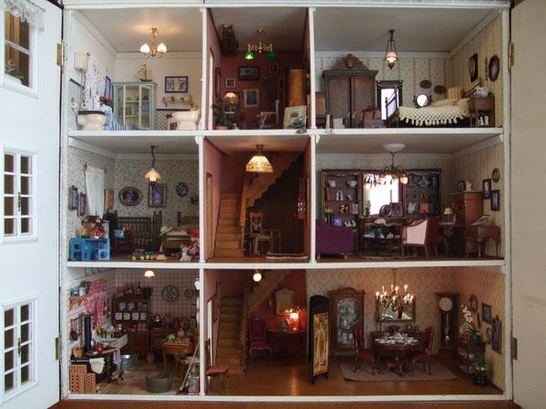 Los papeles de las paredes y suelos de baño y cocina son de esos papeles que vendían en 1996 (cuando contruímos la casa) para forrar cajones. Los cristales son auténticos (de una vidriería local) y los tiradores de las ventanas son de cajas de puros.