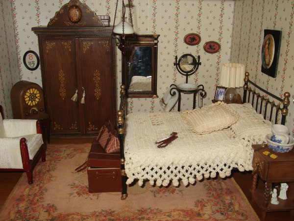 esta delicada alfombra de Mati (Mayvi Miniaturas) en tonos suaves,con aspecto ligeramente envejecido, para el dormitorio principal
