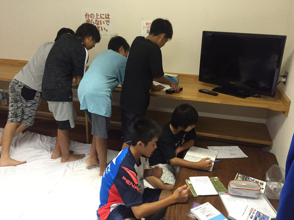 部屋を覗くとサッカーノートを書いている選手が!勉強もサッカーも予習復習が大切ですね!