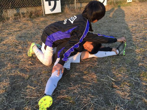 パートナーストレッチでクールダウン サッカー選手は身体が資本!