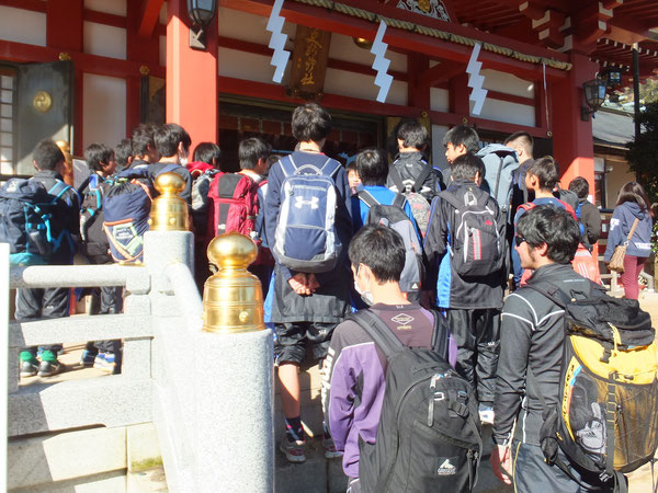 大山阿夫利神社に到着。全員で必勝祈願。今年こそ関東いくぞ!