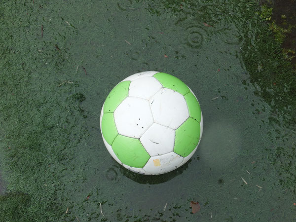 雨の中のボール